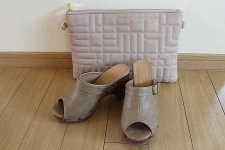 ベージュのバッグと靴