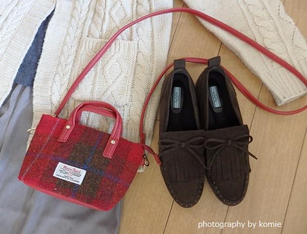 ブラウン靴と赤バッグ